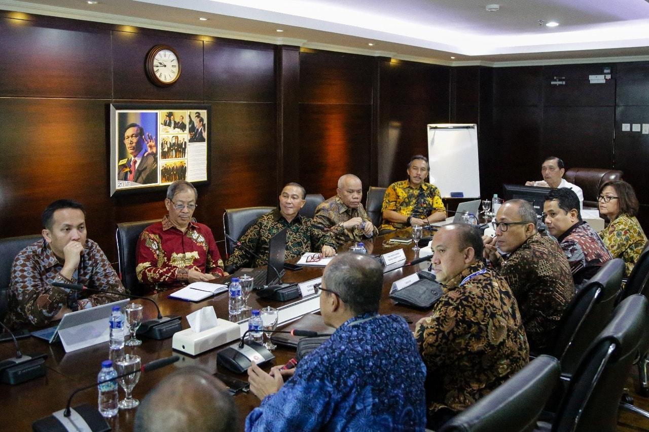 Menko Luhut Pimpin Rapat Bersama Direktur Utama Angkasa Pura II