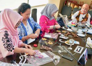 Dharma Wanita Kemenko Maritim Mengadakan Pelatihan Pembuatan Kalung