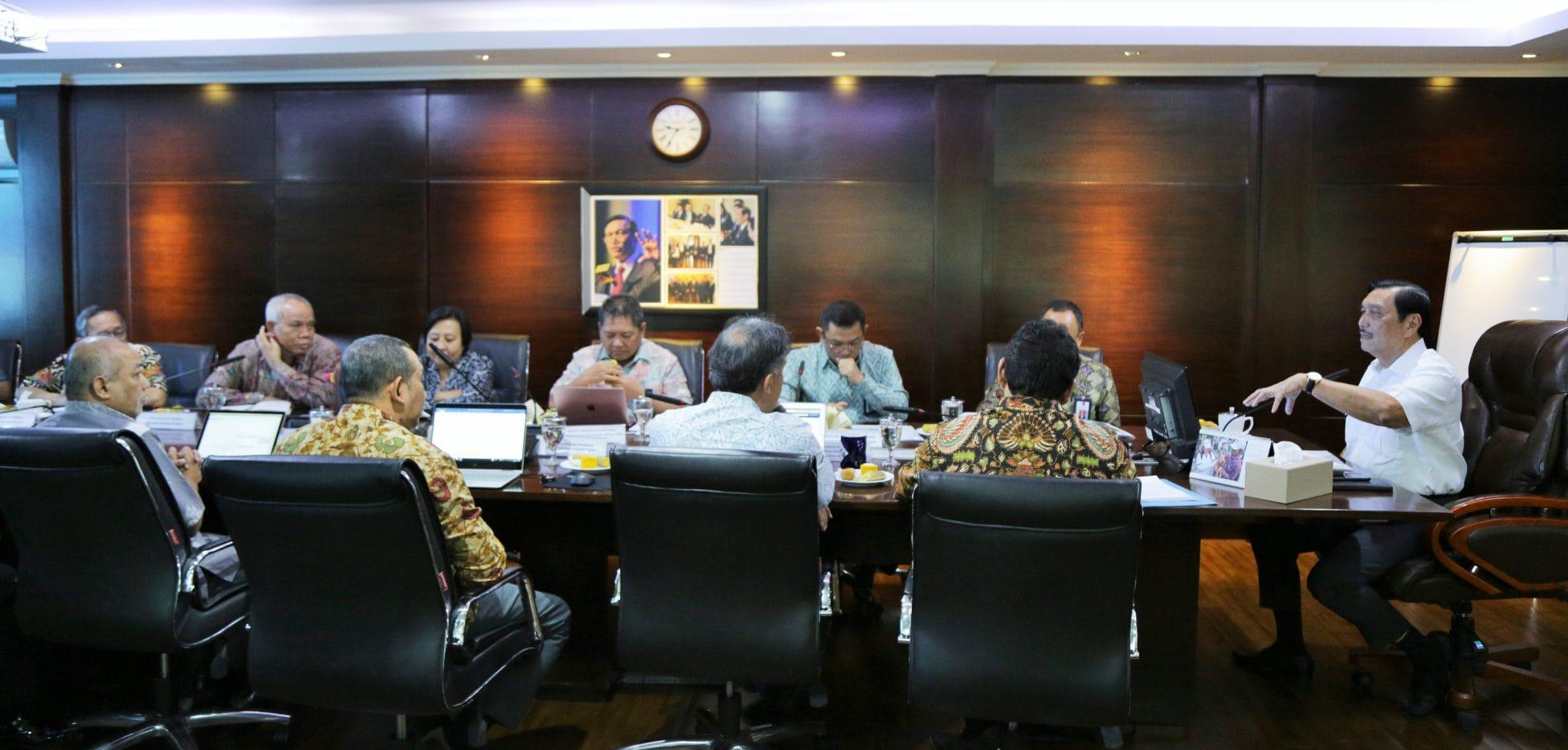 Menko Luhut Pimpin Rapat Internal di Kantor Maritim