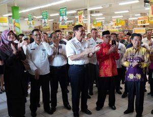 Menko Luhut Meninjau Pasar Swalayan yang tidak Menyediakan Kantong Plastik di Banjarmasin