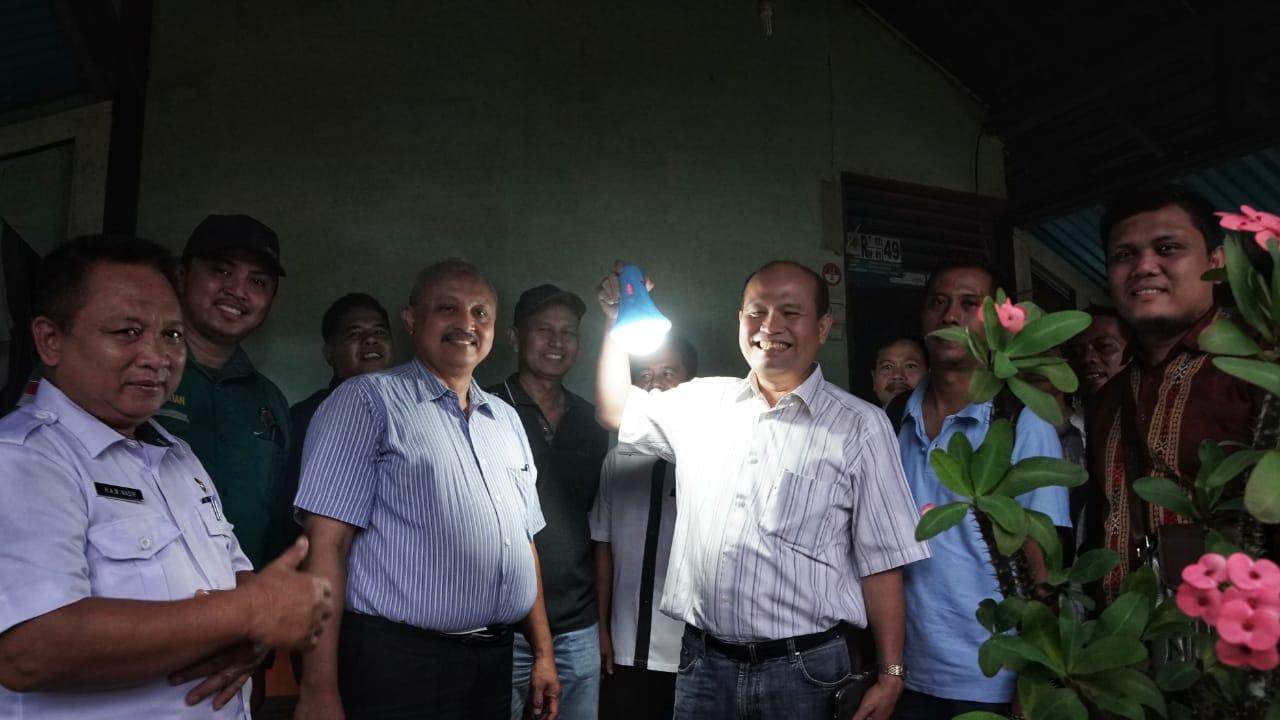 Menerangi Pelosok Negeri dengan Lampu Tenaga Surya Hemat Energi