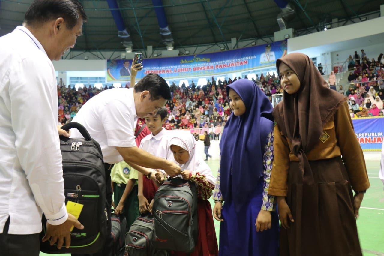 Menko Luhut Silaturahmi dengan Peserta PKH di Riau