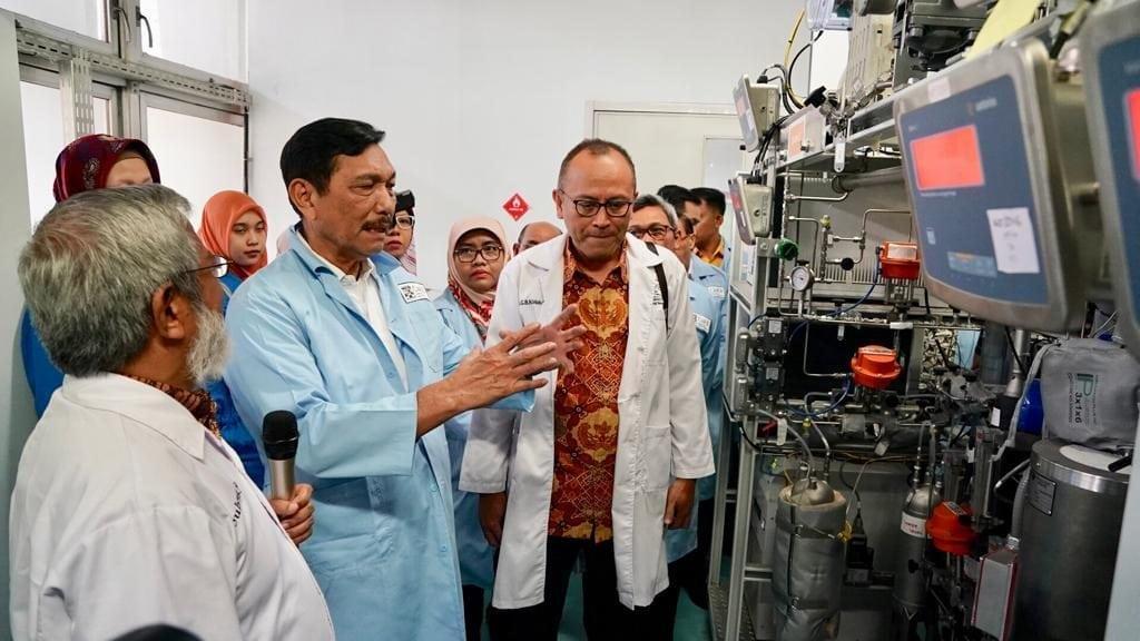 Menko Luhut Peninjauan ke Laboratorium Teknik Reaksi Kimia (TRK) ITB