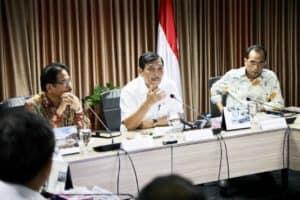 Menko Bidang Kemaritiman Luhut B. Pandjaitan Memimpin Rapat Koordinasi Lrt Di Kantor Maritim