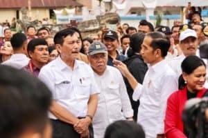 Menteri Koordinator Bidang Kemaritiman Luhut B. Pandjaitan Mendampingi Presiden Joko Widodo Pada Kegiatan Kunjungan Ke Kampung Ulos Hutabolon
