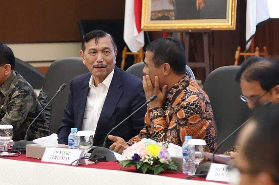 Menteri Koordinator Bidang Kemaritiman Luhut B. Pandjaitan memberikan pengarahan pada rapat terbatas dan tertutup terkait dengan hasil pemeriksaan tentang perkebunan Kelapa Sawit