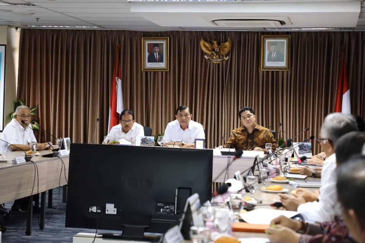 Menko Luhut Pimpin Rapat Update Progres Pembangunan LRT Jabodebek
