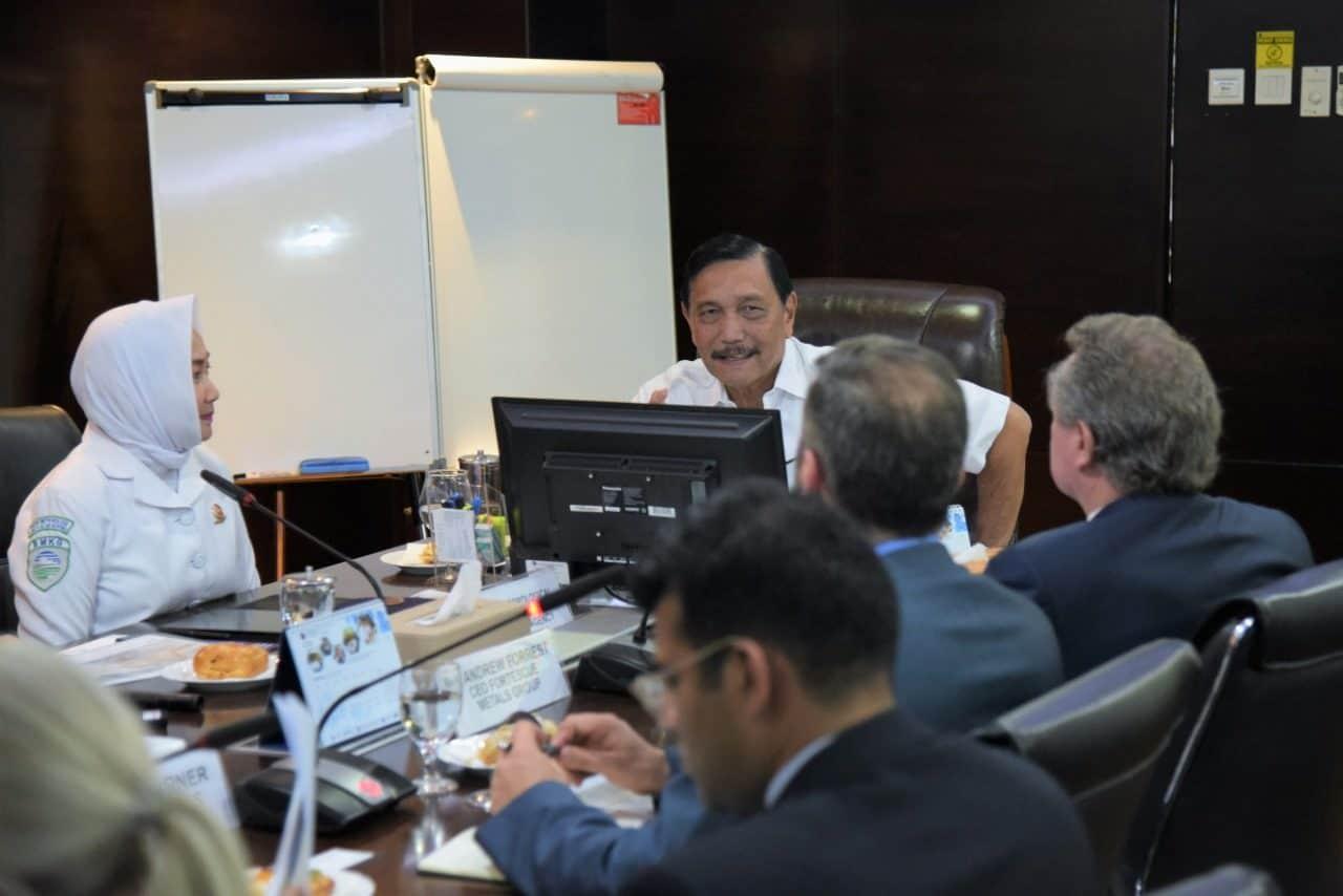 Menko Bidang Kemaritiman dan Investasi, Luhut B. Pandjaitan, memimpin rapat bersama Andrew Forrest dan tim terkait penanganan sampah plastik dan ketahanan atas kebakaran di Kantor Maritim