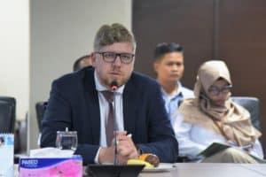 Menko Bidang Kemaritiman dan Investasi, Luhut B. Pandjaitan, memimpin rapat terkait investasi hidropower dan iron or di Kantor Marves