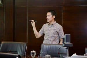 Menko Luhut Mendengarkan Paparan Pak Hernando Terkait Analisis Pusat Perbelanjaan di Kantor Marves