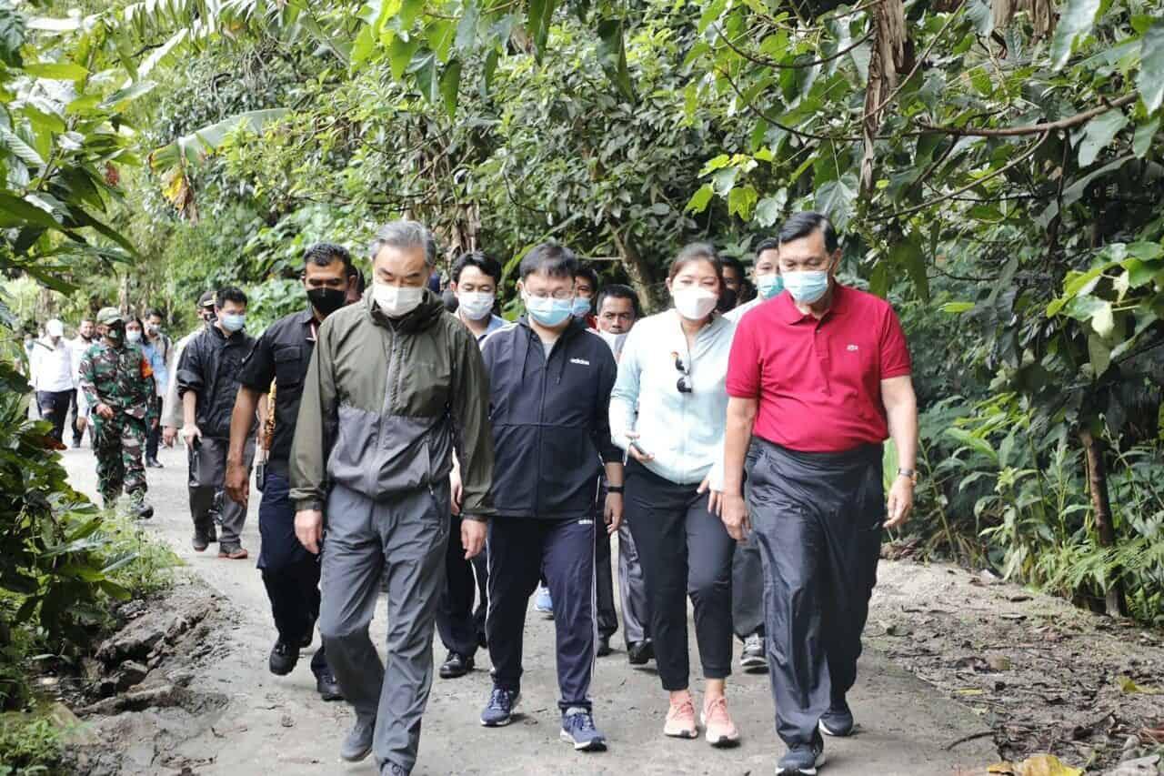 Menko Luhut Hiking dengan Menlu Cina di Desa Sigapiton, Sumatera Utara (Copy)
