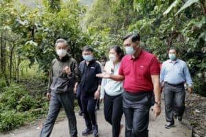 Menko Luhut Hiking dengan Menlu Cina di Desa Sigapiton, Sumatera Utara