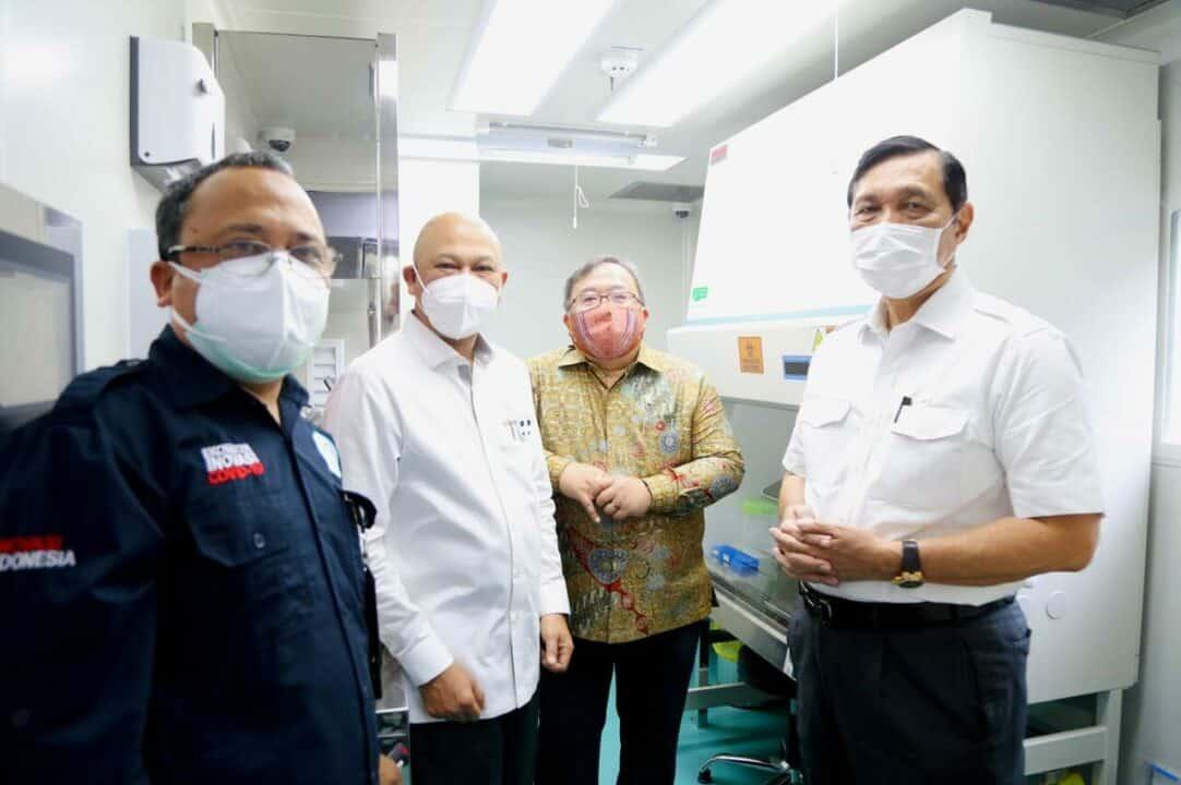 Menko Luhut Meninjau Mobile Lab Bio Safety