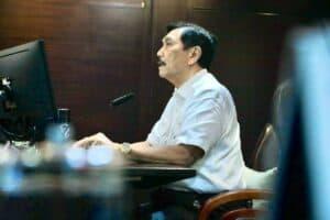 Menko Luhut menerima paparan dari Pak Fred mengenai Maritime Crush Point Jepang Vs Cina di Laur Cina Timur