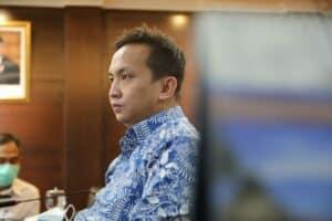 Menko Luhut mendengarkan pemaparan dari Deputi Bidang Koordinasi Investasi dan Pertambangan