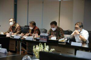 Dokumentasi Menko Rapat Penanganan Pasir Hasil Pendalaman Alur Pelayaran di Kantor Maritim, Senin (13-04-2021).